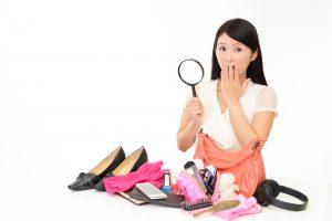 沢山の靴を目の前に戸惑う女性